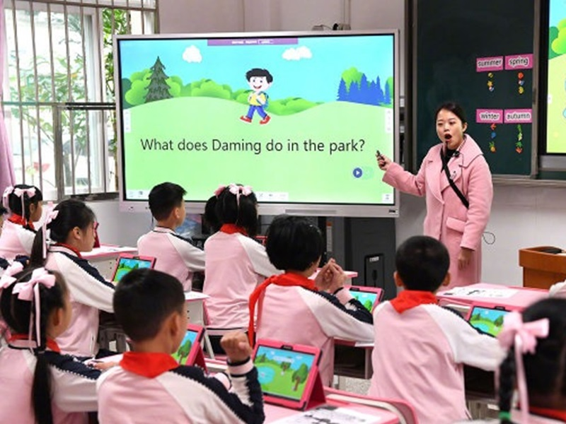 深圳龍華出近30萬元人民幣,計劃招聘400名公辦中小學教師。網圖