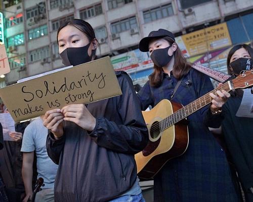 網民發起重慶大廈大合唱英駐港總領事館外組人鏈