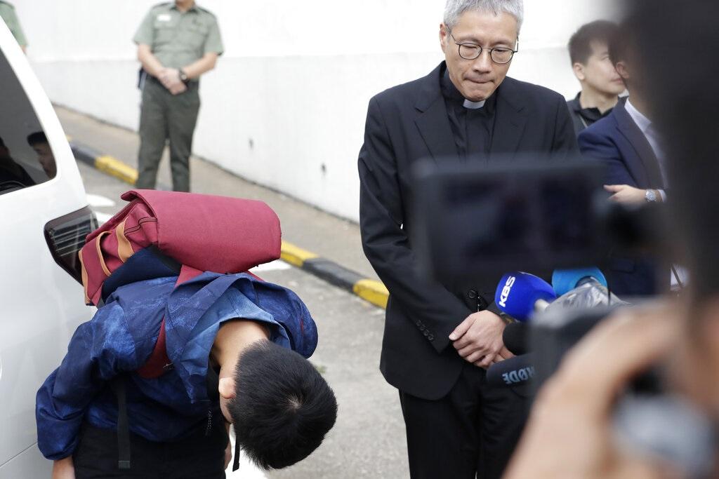 陳同佳出獄鞠躬道歉。AP圖片