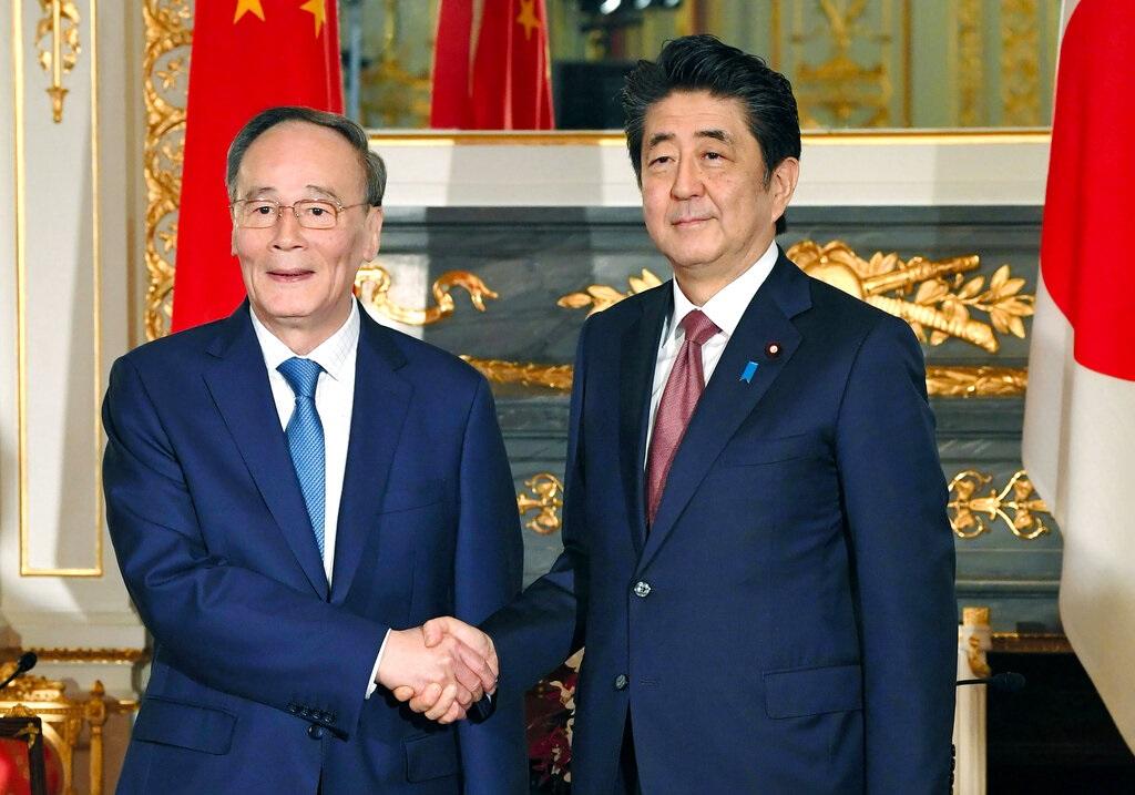 安倍晉三(右)與王岐山在東京會談。AP