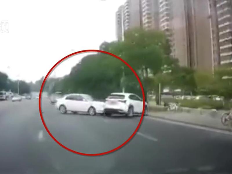據報,一名男子求愛不遂,開車衝撞對方汽車。(網圖)