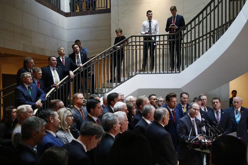 二十多位共和黨眾議員,在眾議院委員會周三的閉門彈劾調查開始後不久,在會議室外召開記者會,批評由民主黨人領導對總統特朗普的彈劾調查是閉門造車。AP