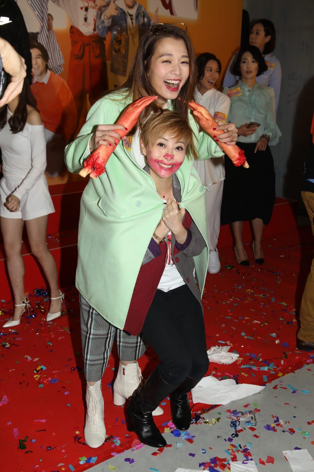 兩位媽媽在活動上玩得好開心。