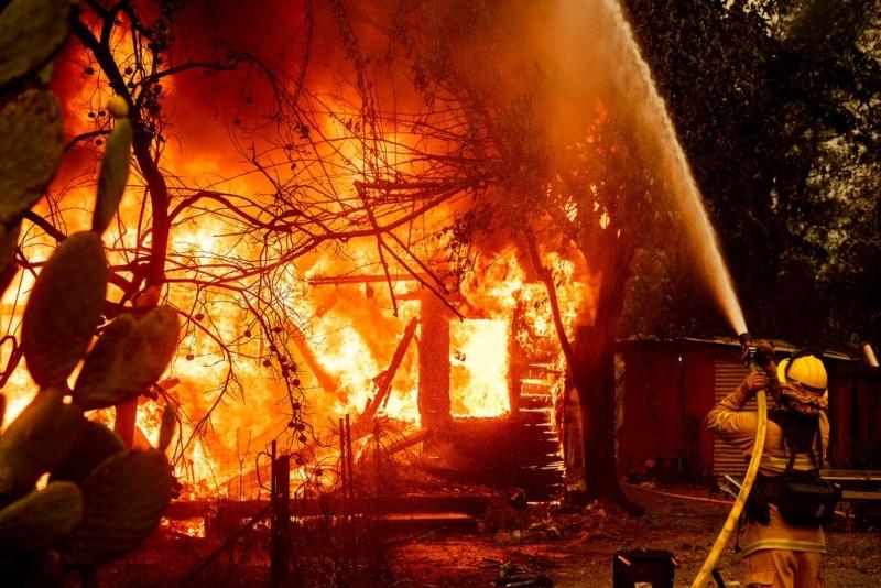 加州山火面积持续扩大,有建筑物被烧毁,最少50万户暂时停电。