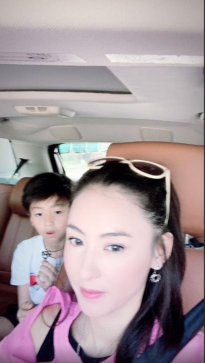 栢芝經常駕車接載兒子出入。