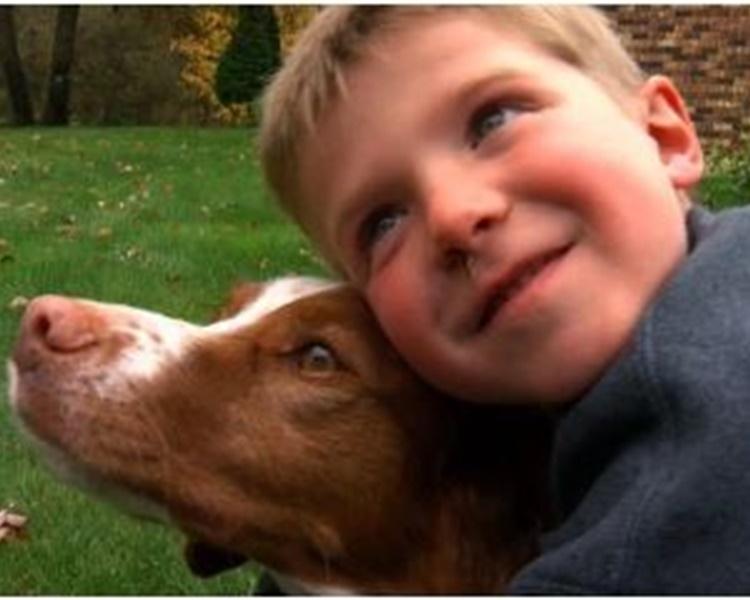 男童与爱犬感情要好。网图
