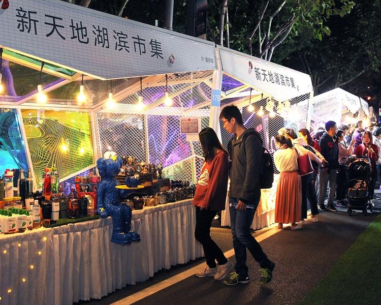 遊客遊覽上海新天地夜市。新華社