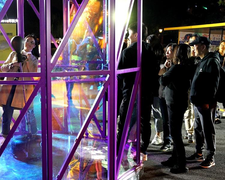 活力街區設有動感舞台、湖濱市集。新華社