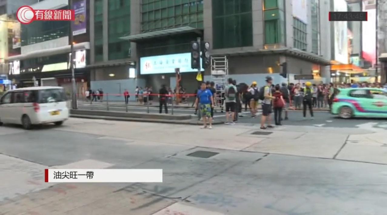 示威者架設路障。有線新聞截圖