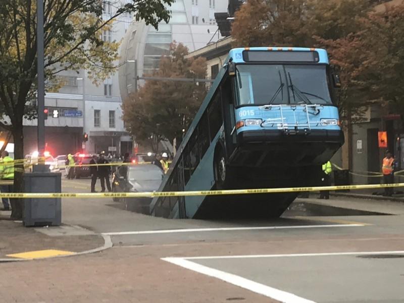 美國近日發生巴士險被馬路「吞噬」的奇景。AP