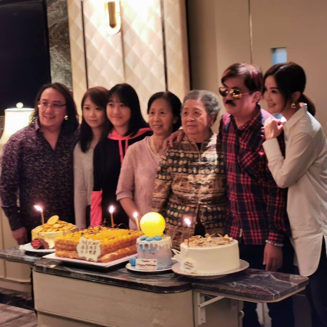 阿Sa出名孝順,由於賓客眾多,阿Sa預備了四個生日蛋糕賀壽。