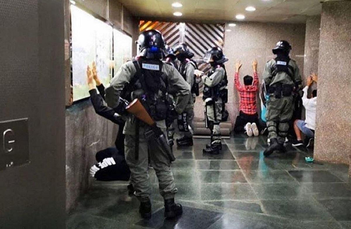 警察進入屯門逸生閣搜查市民。網上圖片