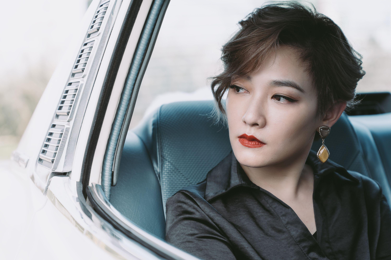 小萱飾演的「白蘭」本是個大學生,但環境迫人下去了當舞女,更被黑道老大看中。