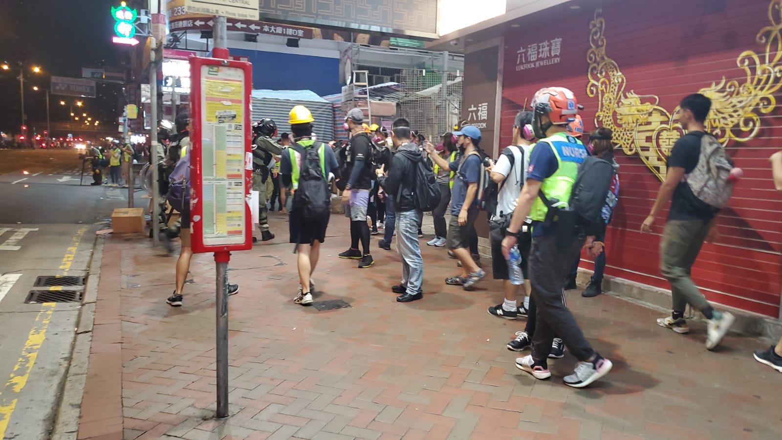 示威者四處遊走