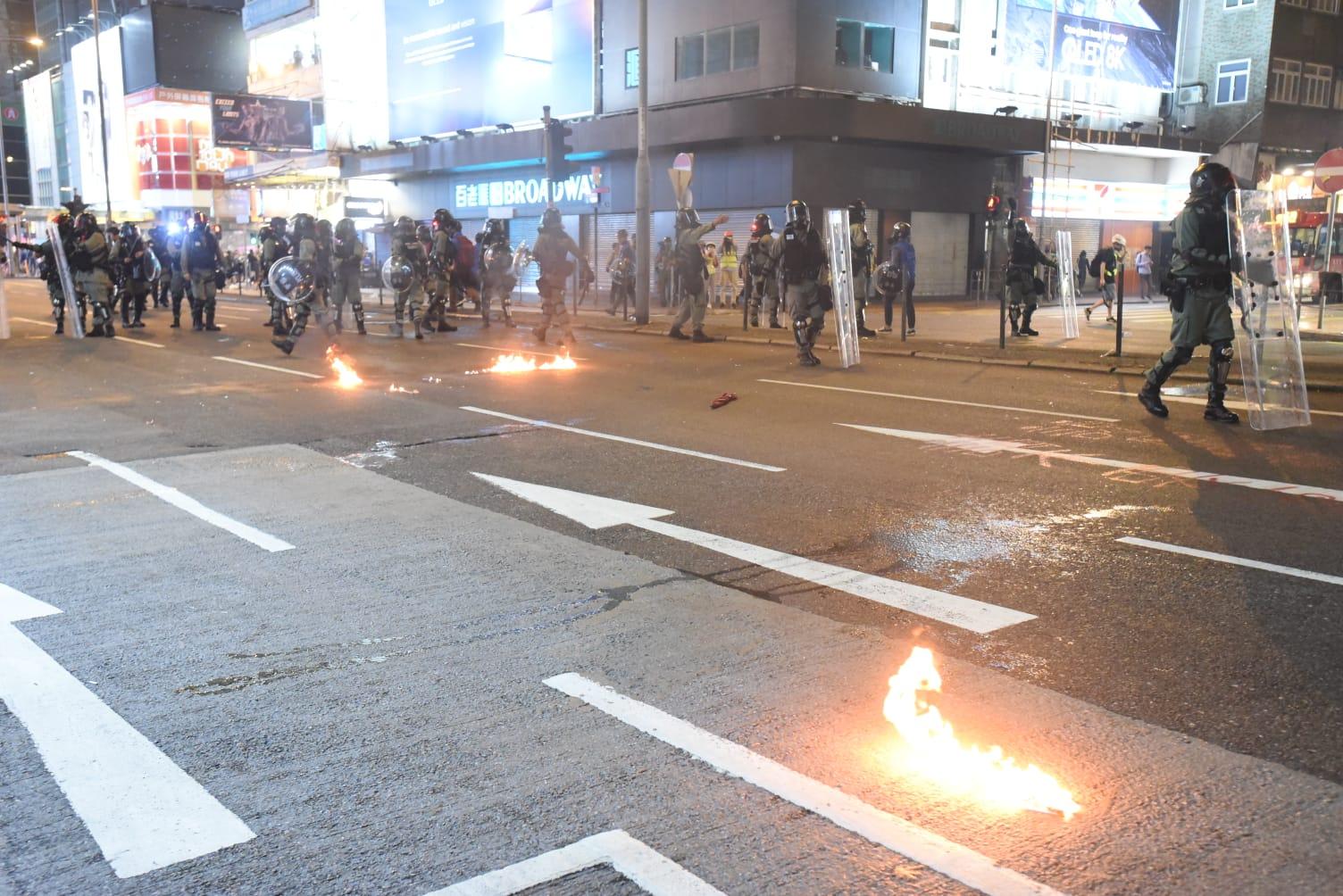 示威者投擲汽油彈