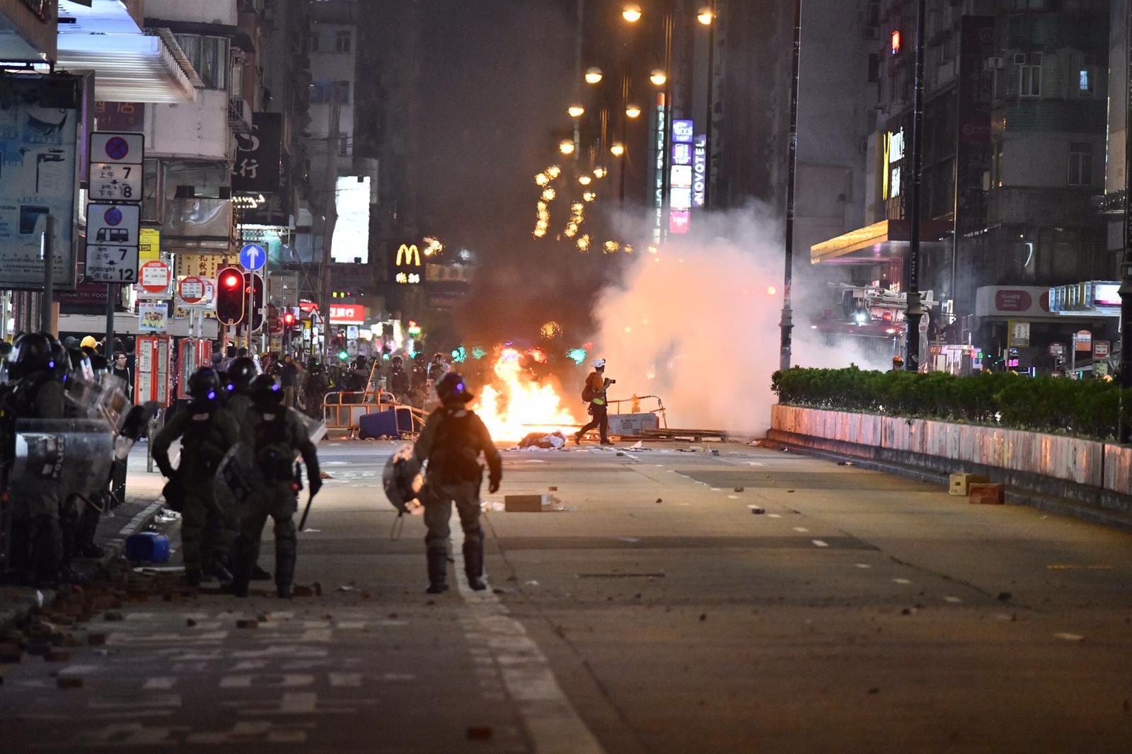政府譴責暴徒大肆破壞縱火。