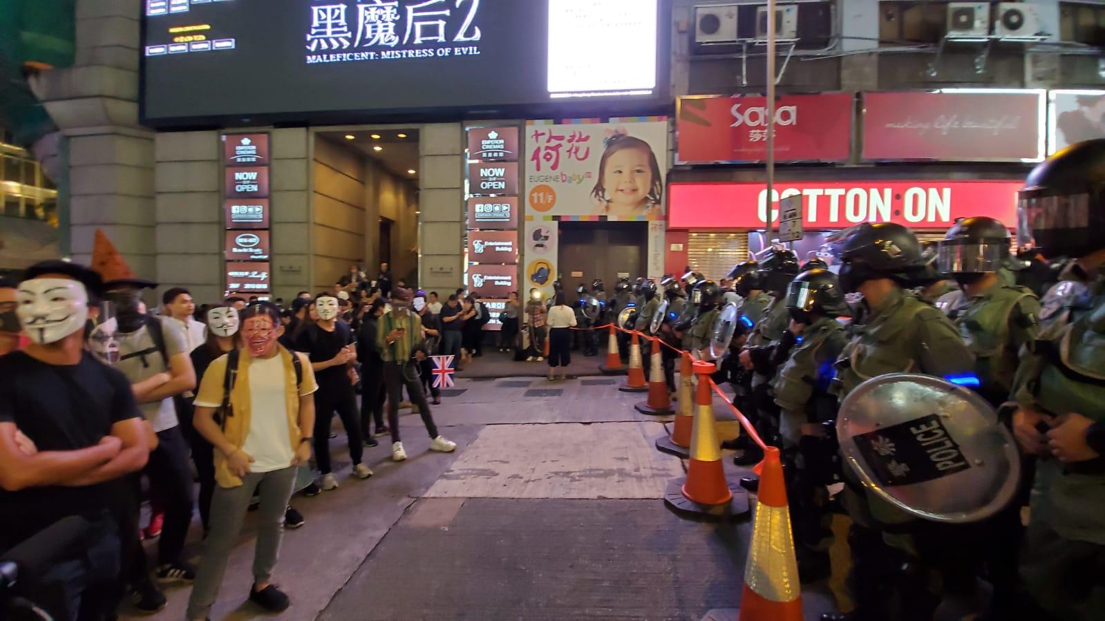 政府指晚上在旺角及中環蘭桂坊一帶有市民非法集結