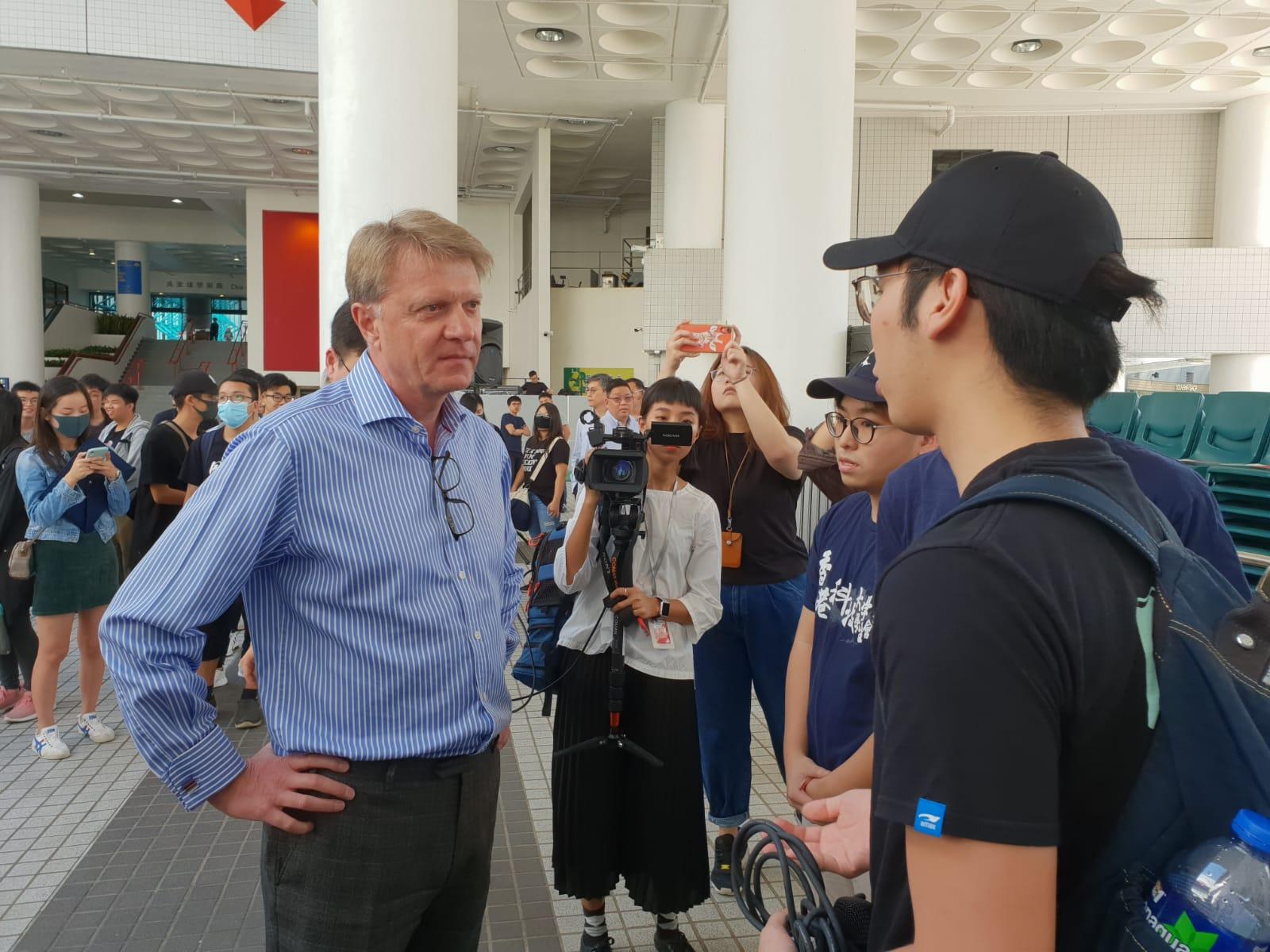 賀致信(左)一度與學生代表會面。