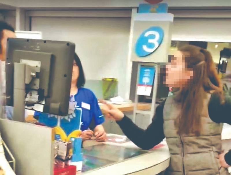 加拿大溫哥華一間連鎖藥店,有亞裔店員用母語與經理溝通惹來一名白人女子不滿,並粗魯地指「在加拿大要講英語」。(網圖)