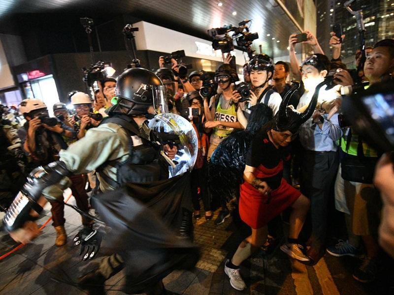 警方昨晚在中環多次施放胡椒水及催淚彈驅散人群。