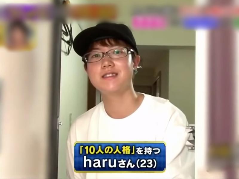 日本節目採訪了一名有着10個人格的23歲少年HARU。 影片截圖