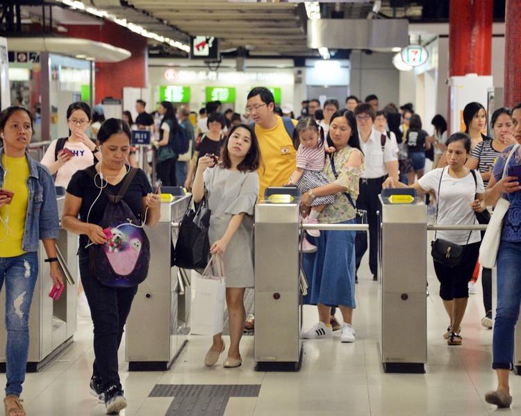 港鐵各線(機場快線除外)、輕鐵及港鐵巴士服務將於晚上10時結束。