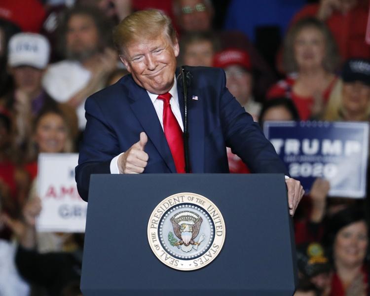 特朗普揚言不管甚麼人代表民主黨出選總統他都會勝出。AP