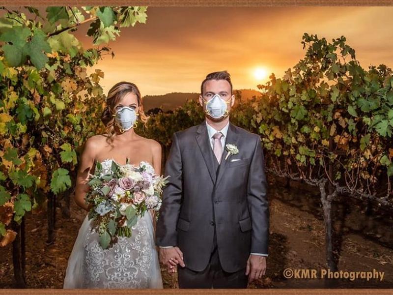 婚紗攝影師羅亞(Karna Roa)把新郎和新娘戴口罩的結婚照,在社交媒體上分享。  Karna Roa 圖片