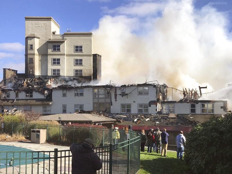 整座具有歷史價值的度假村受到嚴重損毀,幾乎付諸一炬。 AP