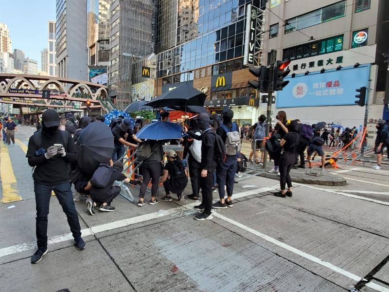 示威者於銅鑼灣設路障。