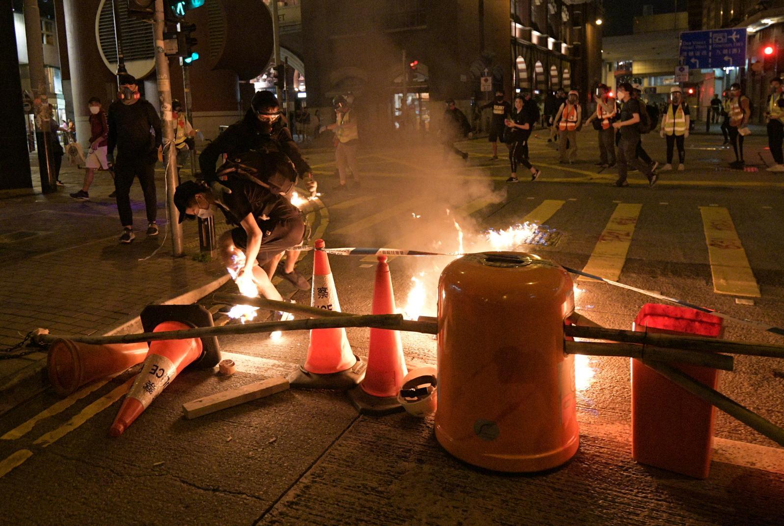 示威者大肆縱火破壞