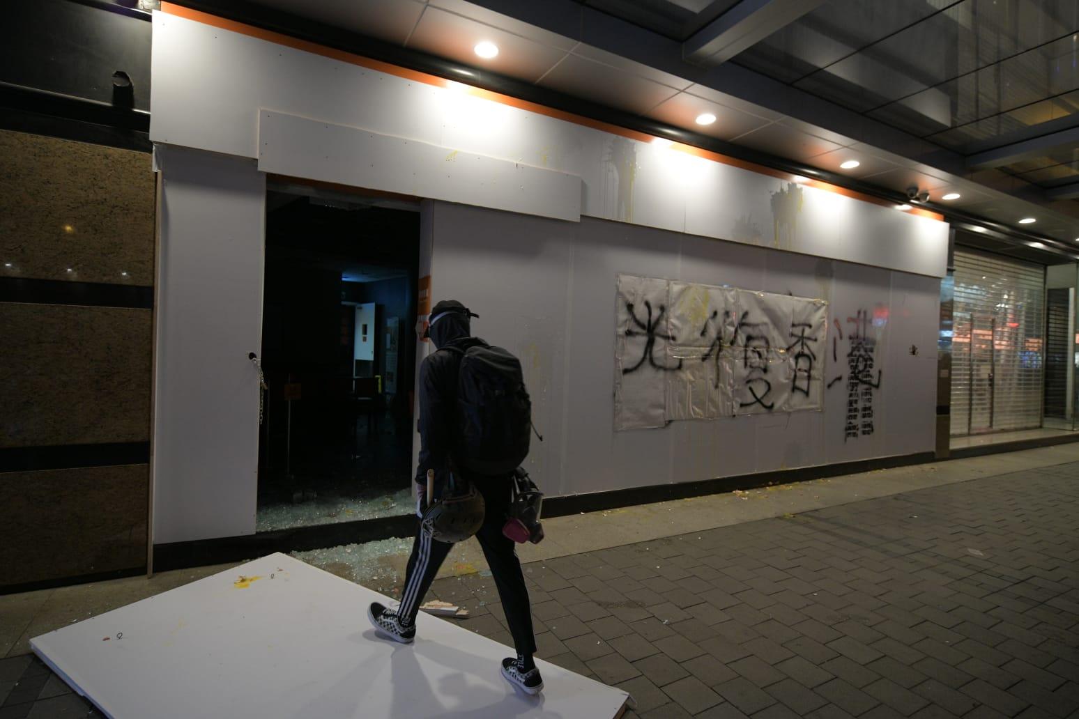 示威者破壞商店