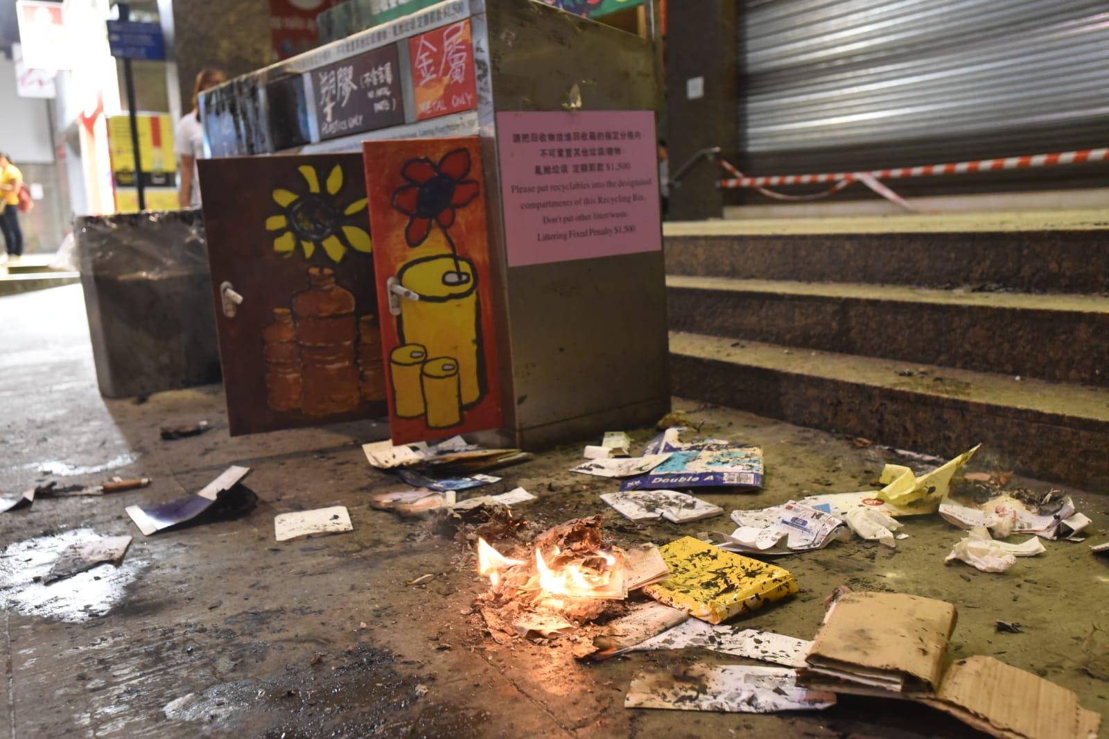 示威者在中環站縱火。