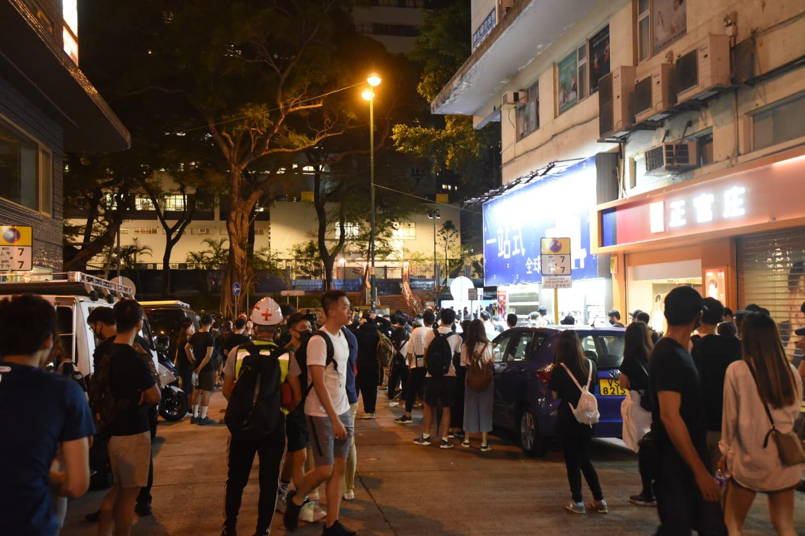 尖沙嘴警署外有人群聚集。
