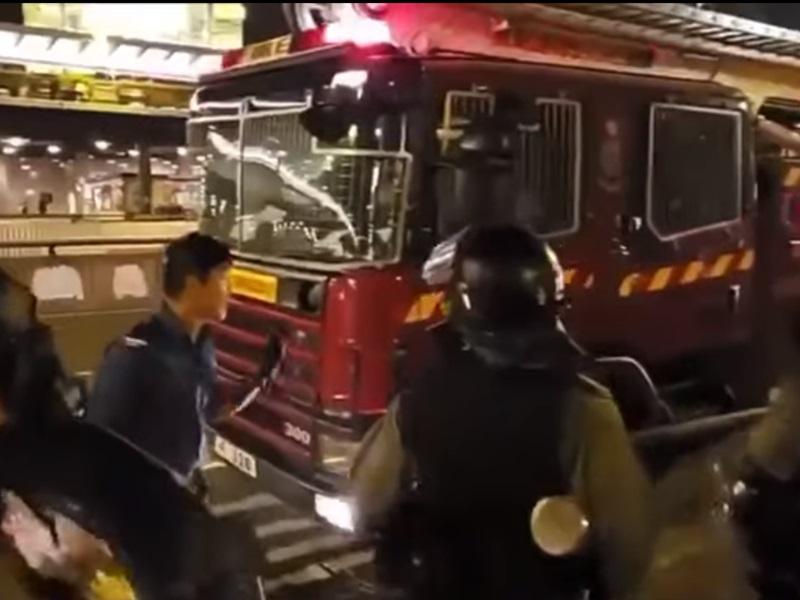 消防員不滿消防車被催淚彈擊中。影片截圖