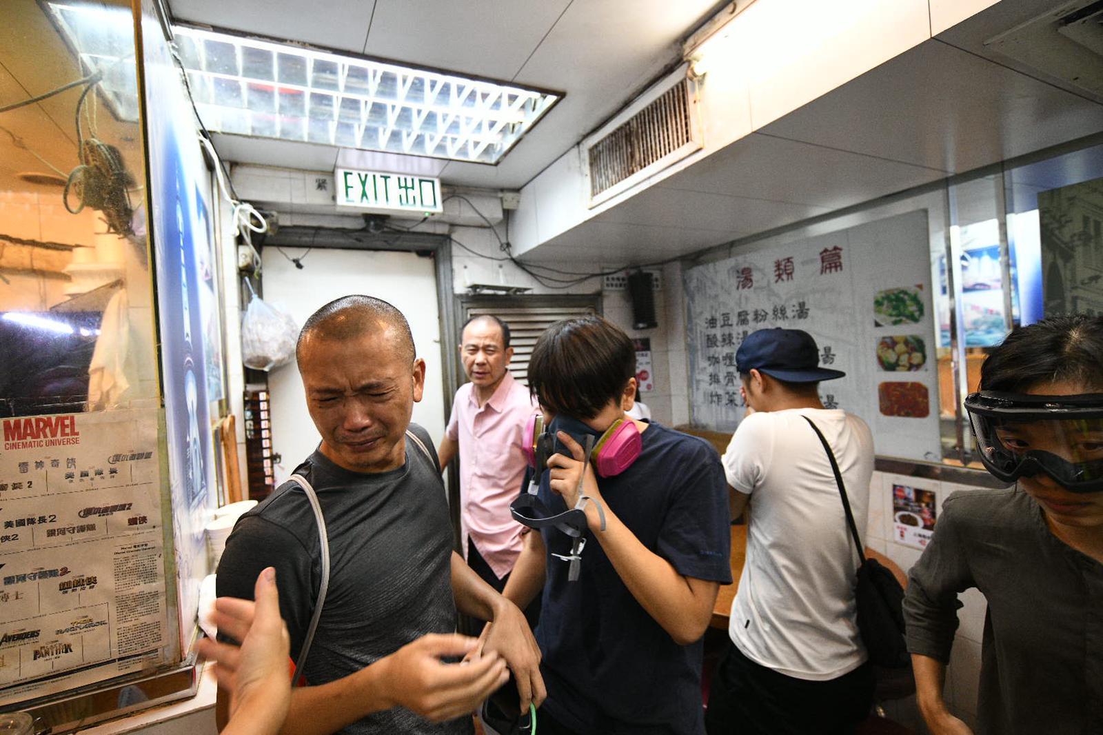 有食肆客人吸入催淚煙致不斷咳嗽。