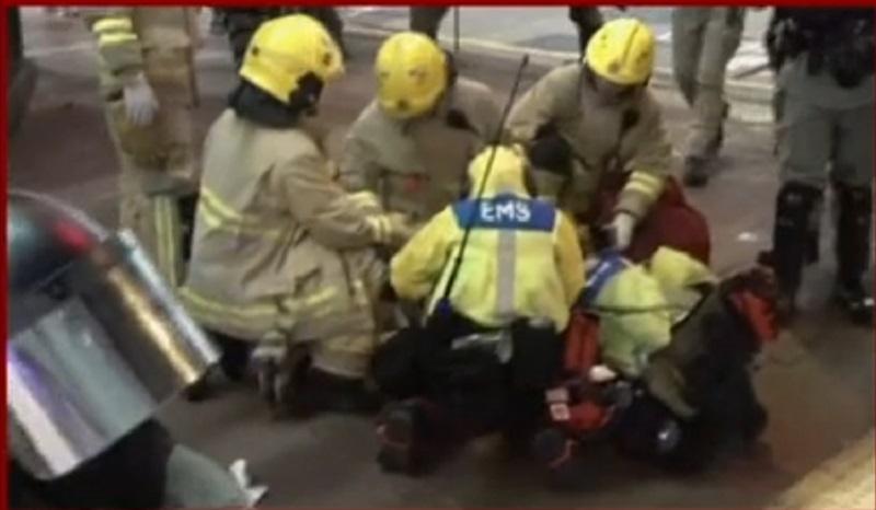 男子接受救護員治理。有線新聞
