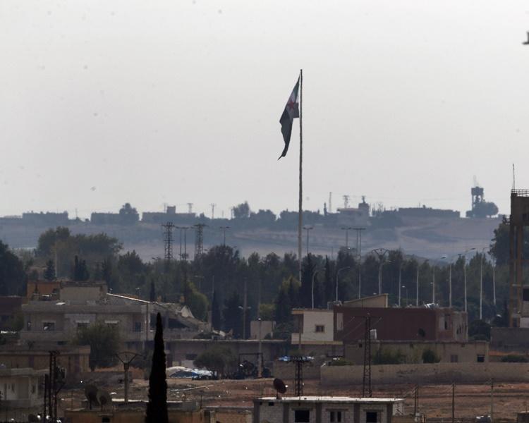 土耳其趁機出兵入侵敘利亞北部攻擊庫爾德武裝。AP