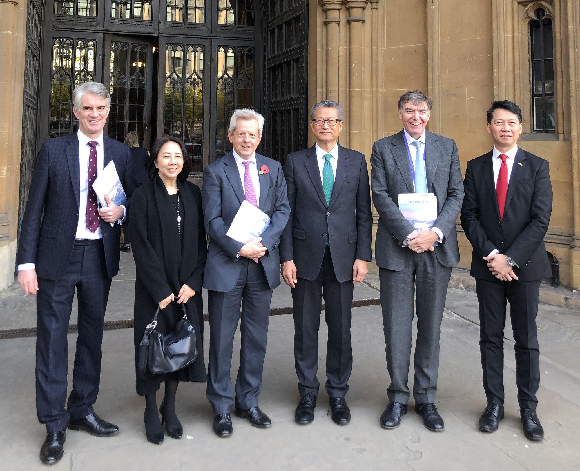 陳茂波(右三)訪問倫敦時,與英國國會跨黨派中國事務小組成員會面,簡介香港形勢的最新情況。