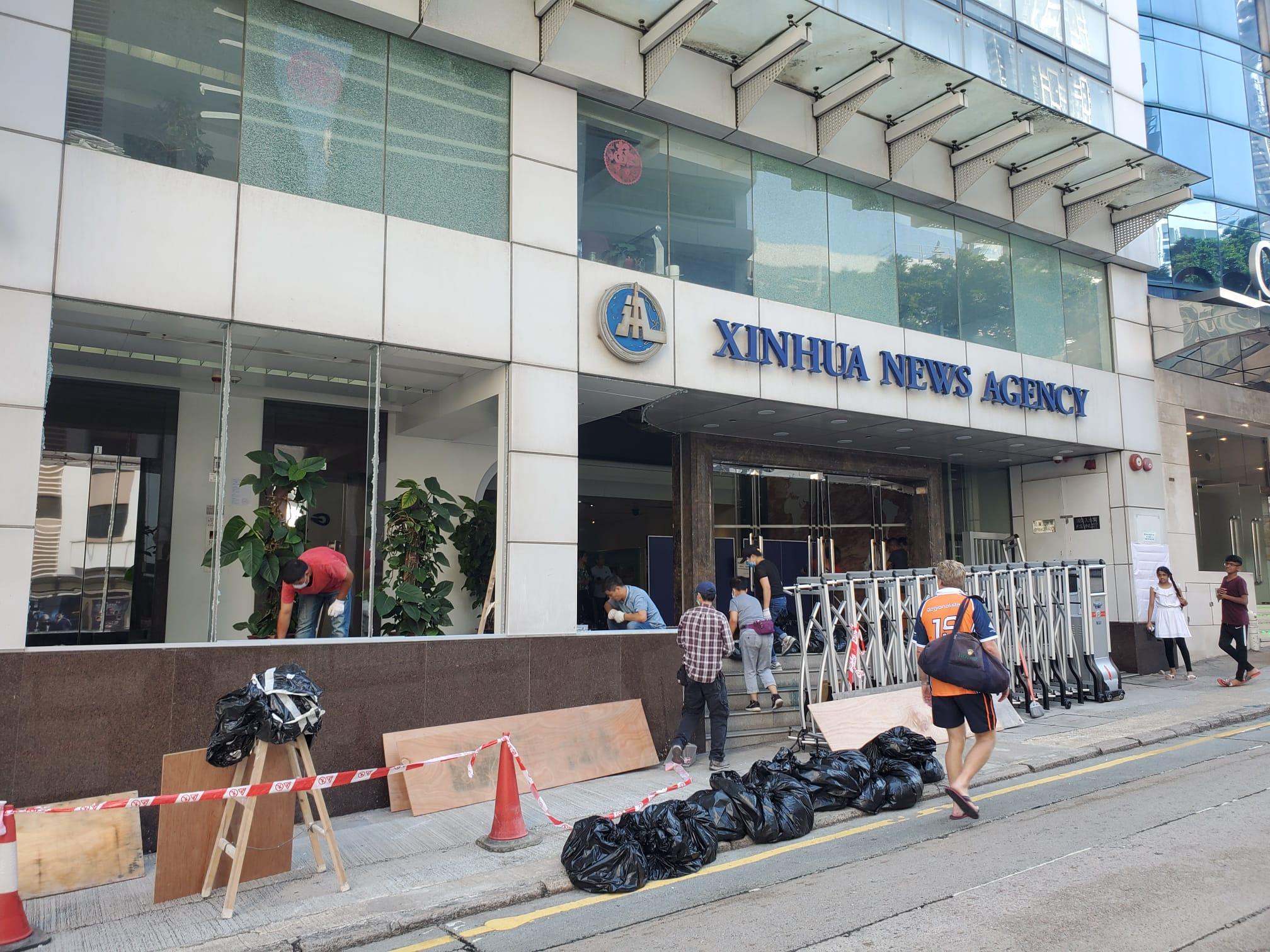工作人員在灣仔的新華社亞太總分社辦公大樓進行清理工作。