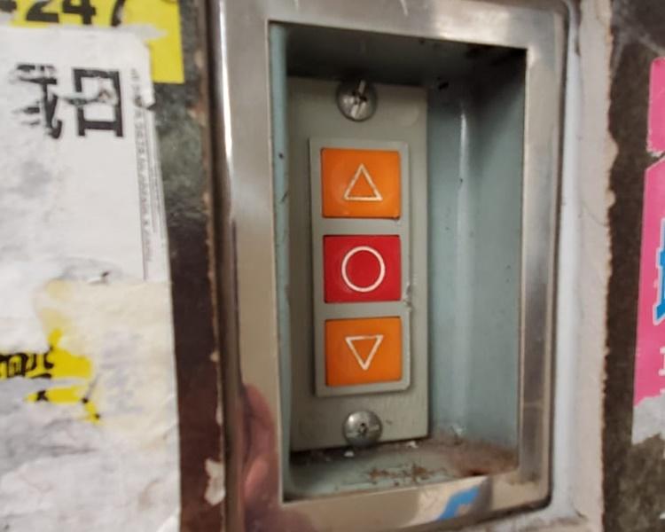 店東匆忙間未鎖上電閘電掣箱。