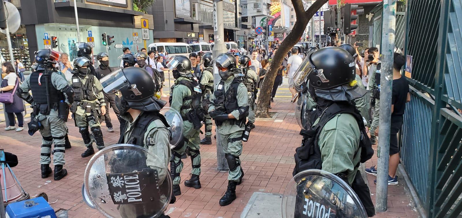 旺角麥花臣球場,警員截查市民。