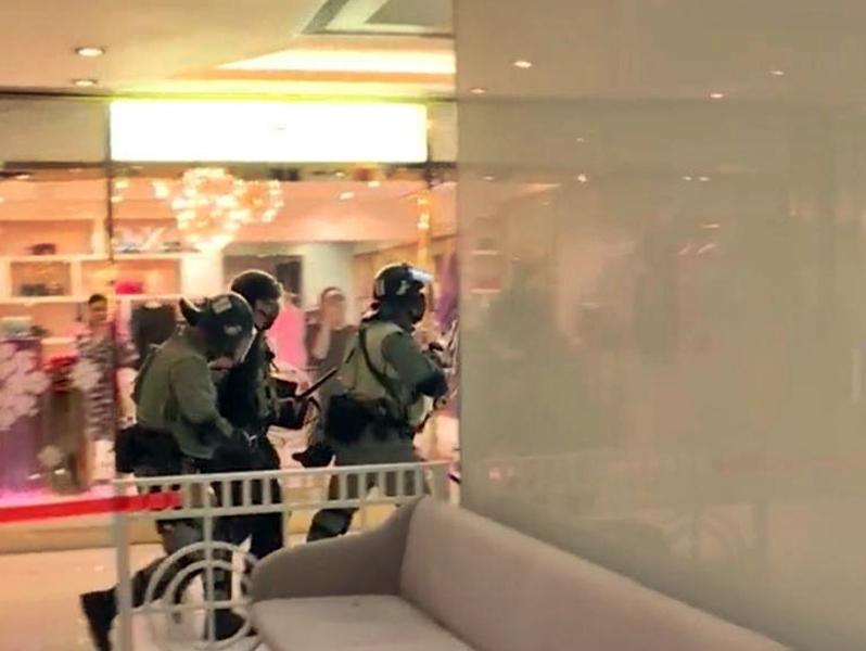 防暴警察制服人士。港台截圖
