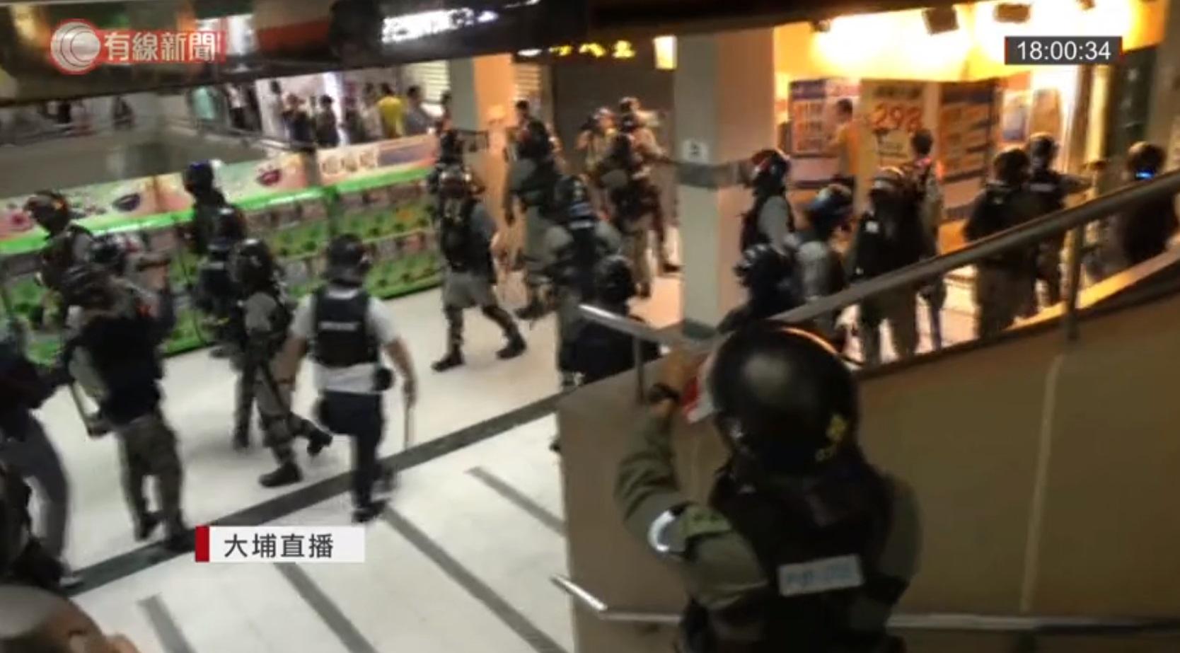 警方衝入大埔超級城截查可疑黑衣人士。有線新聞截圖