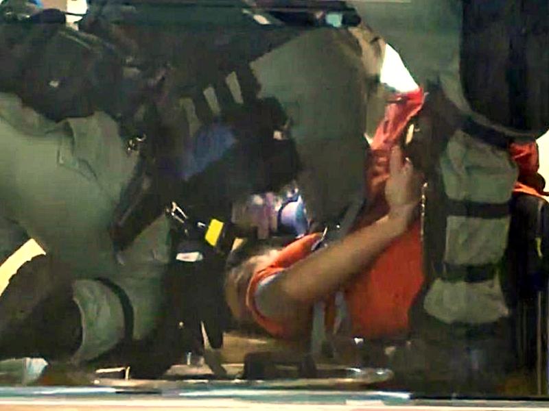 警方制服示威者。港台截圖