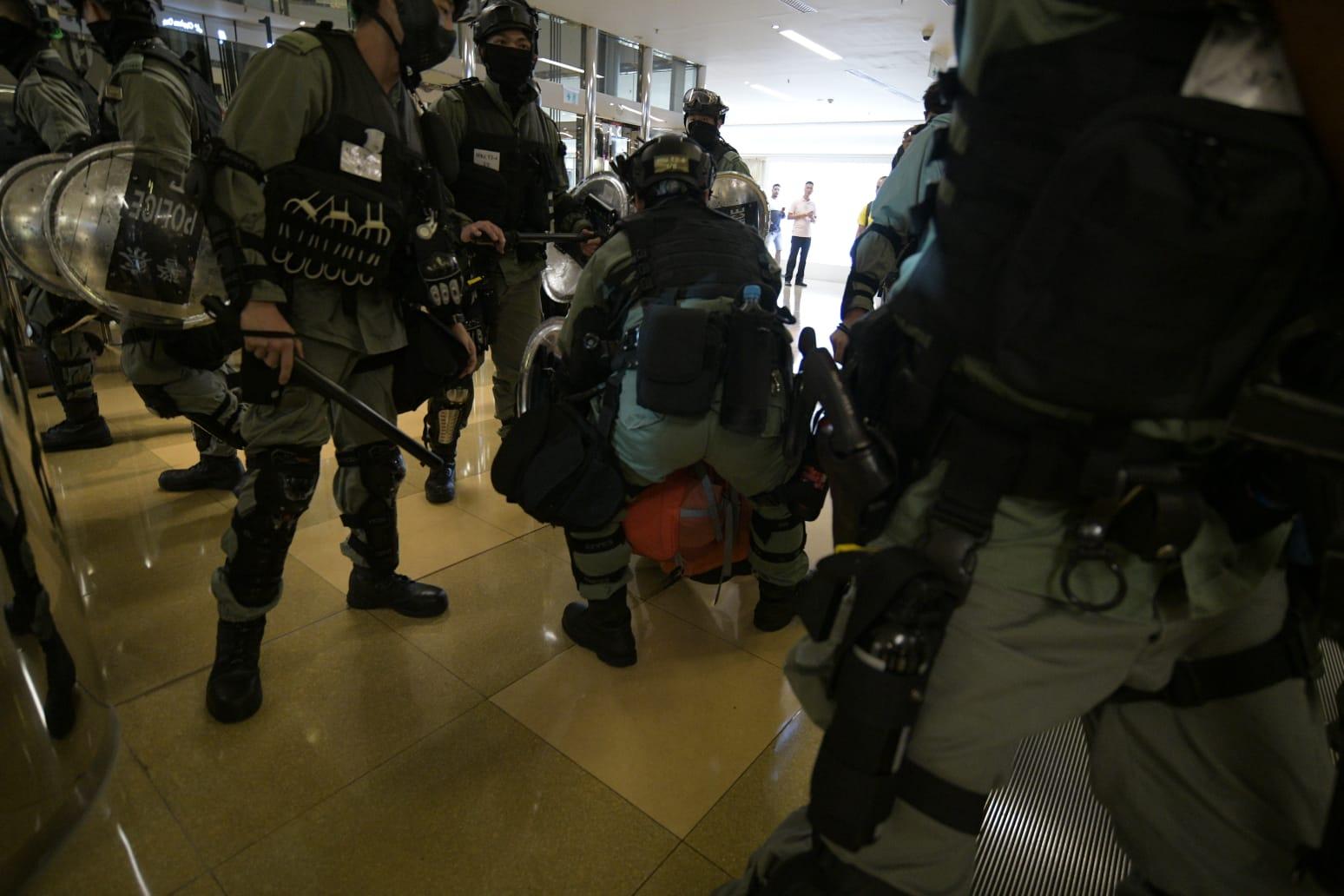 警方拘捕示威者。