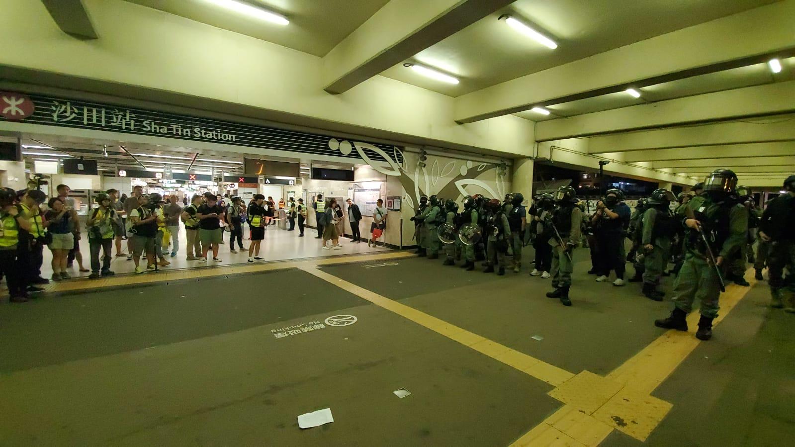 防暴警察進駐沙田站。
