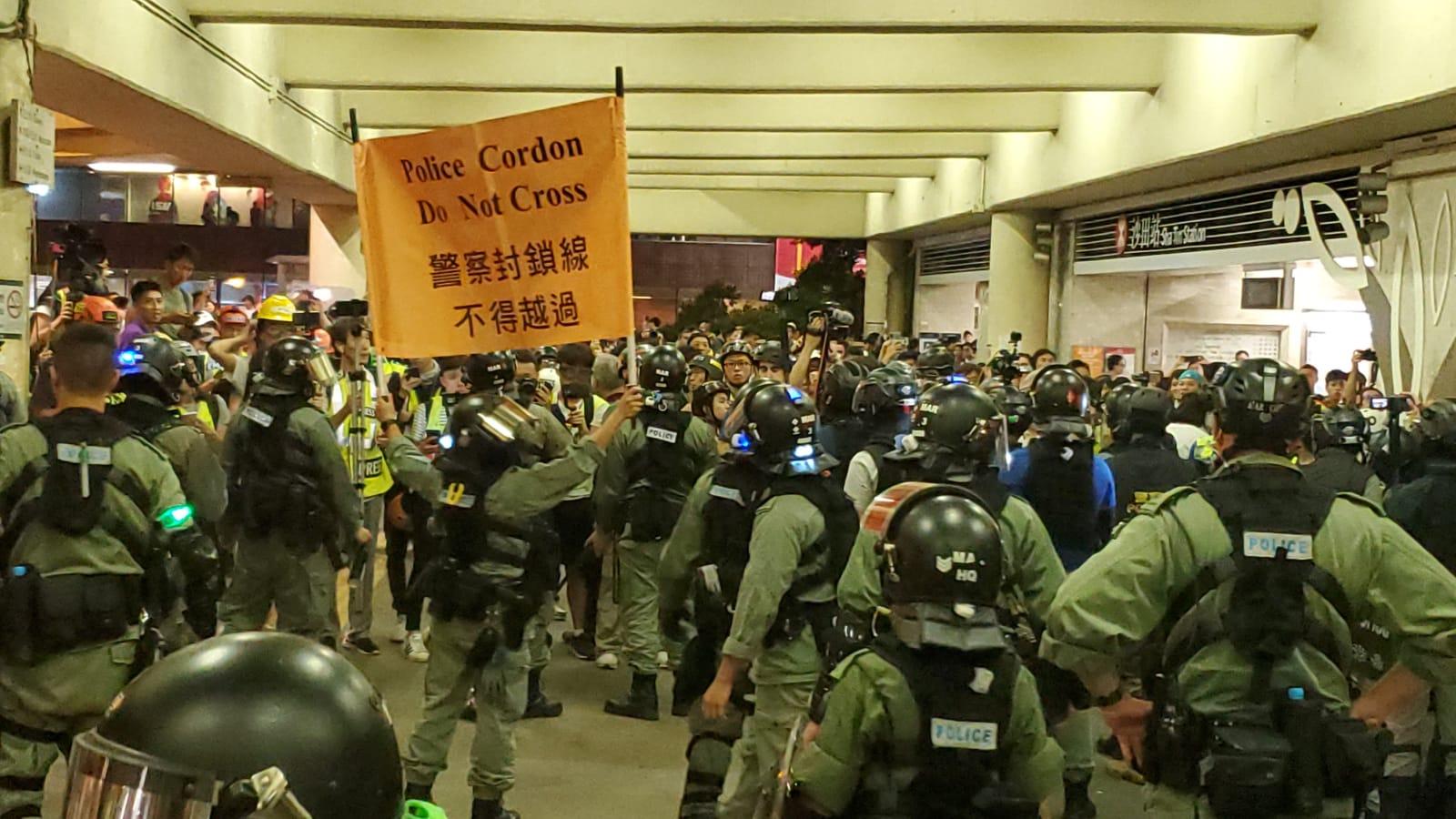 防暴警察展示黃旗。