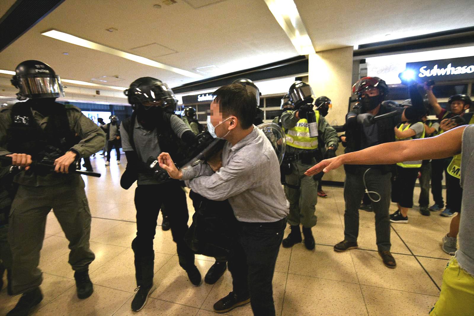 警方制服多人