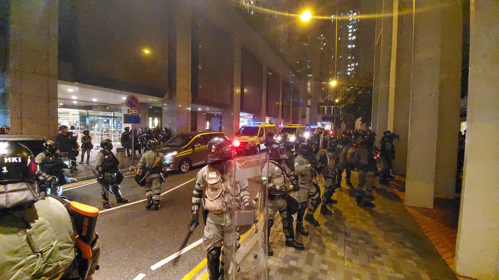 警察驅趕人群